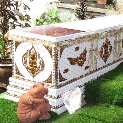 Vivre l'expérience de la mort en s'allongeant dans un cercueil dont le couvercle se referme sur vous ? C'est désormais possible au café de la mort à Bangkok
