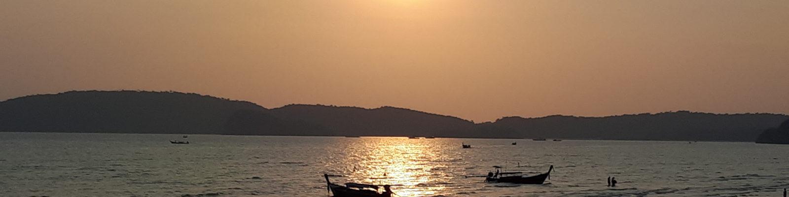 Bordée par la mer d'Andaman, la ville de Krabi, à 180 kms de Phuket, n'est pas que merveilleusement bien située. C'est une étape incontournable pour les voyageurs