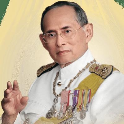 Après la tragique disparition de de son frère, le Prince Bhumibol Adulyadej devient ainsi le Roi Rama IX, neuvième souverain de la dynastie Chakri