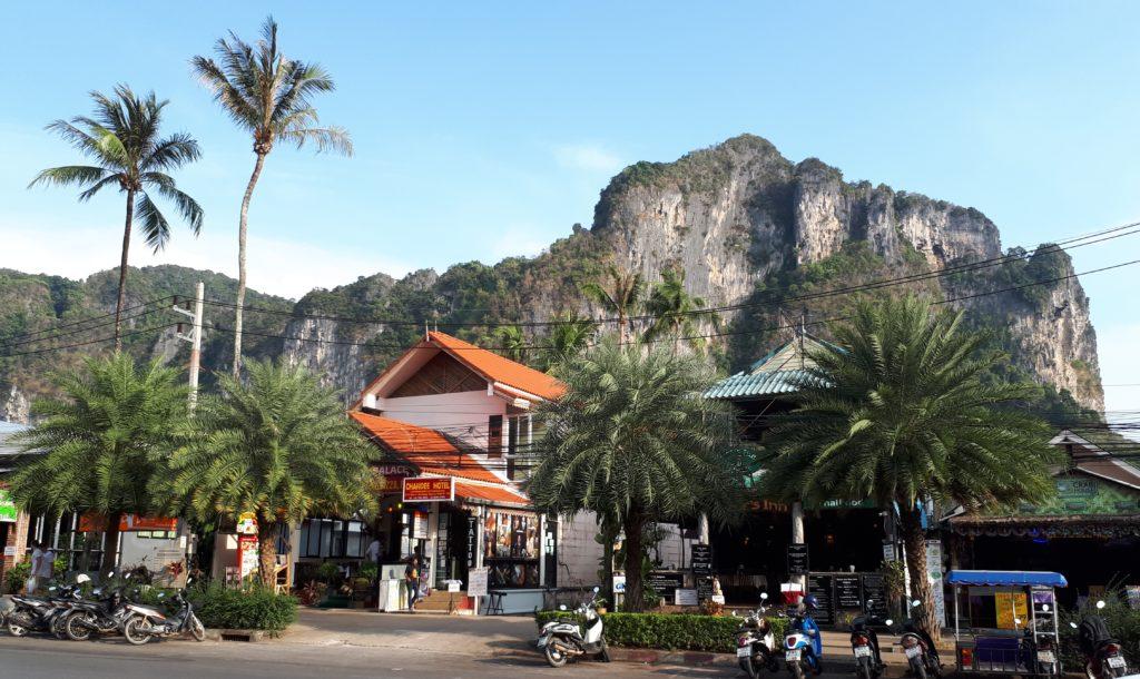 la ville de Krabi, à 180 kms de Phuket, n'est pas que merveilleusement bien située. C'est une étape incontournable pour les voyageurs