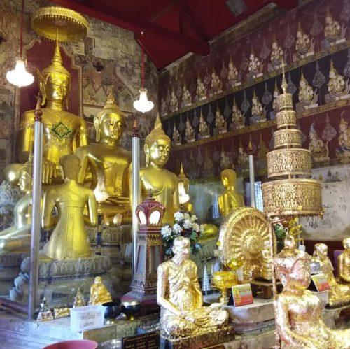 Le temple royal Wat Mahathat Worawihan se situe dans un vieux quartier animé du centre de Phetchaburi