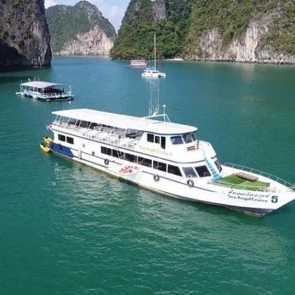 Île James Bond en gros bateau avec canoë